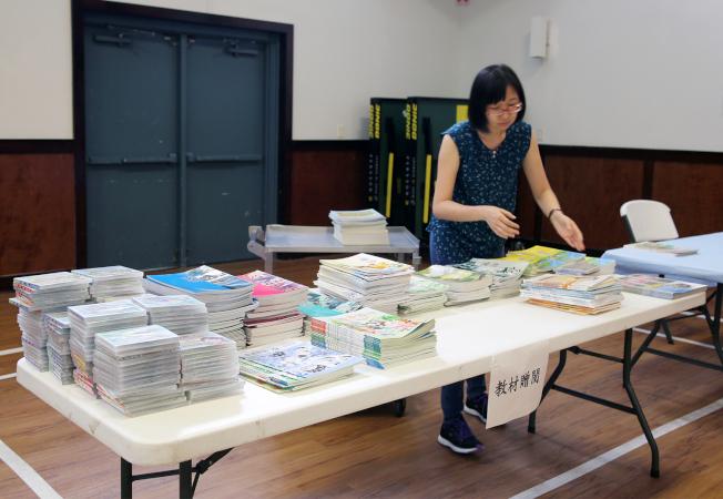 僑教中心工作人員整理免費提供給各中文老師的教材。(記者張蕙燕/攝影)