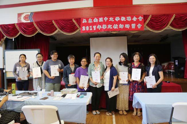 慈濟人文學校老師領取結業證書。(記者張蕙燕/攝影)