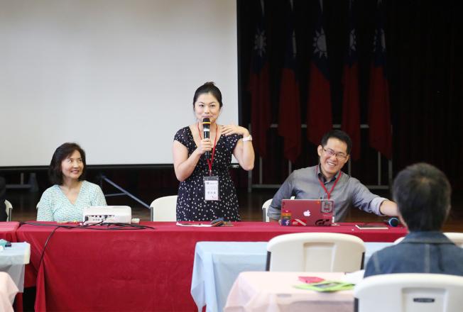 兩名老師連育仁(右起)和曾怡華生動活潑的教學,左為負責主持研習會的范琪君。(記者張蕙燕/攝影)