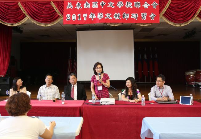 美東南中文學校聯合會會長范琪君(左四)表示,今年共有48名華文教師參與研習會。右一和二為研習會講師連育仁和曾怡華,左起為傅瑾玲、王祥瑞和劉經巖。(記者張蕙燕/攝影)