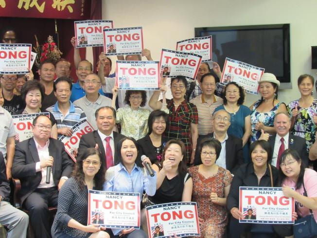 唐鳳巧(二排左三)拜會聯成公所,同日也獲得州眾議員夏佩蘭背書。(記者顏嘉瑩/攝影)