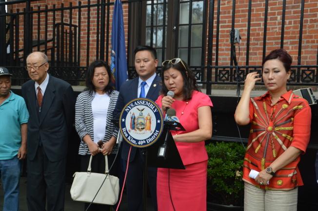 孟昭文(右二)、金兌錫(右三)及韓裔社區,痛批川普用武力解決北韓威脅的不當言論。(記者牟蘭/攝影)