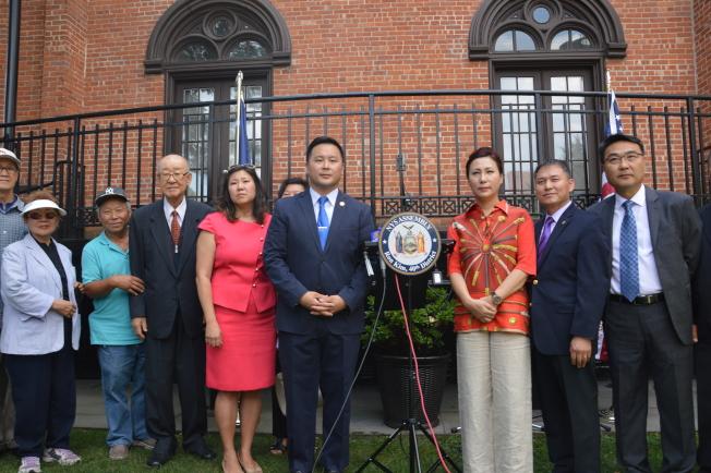 孟昭文(右五)、金兌錫(右四)及韓裔社區,痛批川普用武力解決北韓威脅的不當言論。(記者牟蘭/攝影)