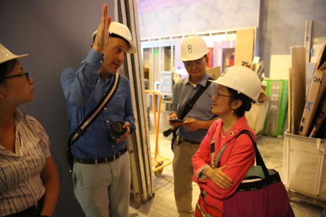 開發商代表亨德森(左二)向陳倩雯(右一)介紹即將完工的大樓內部。(記者洪群超/攝影)