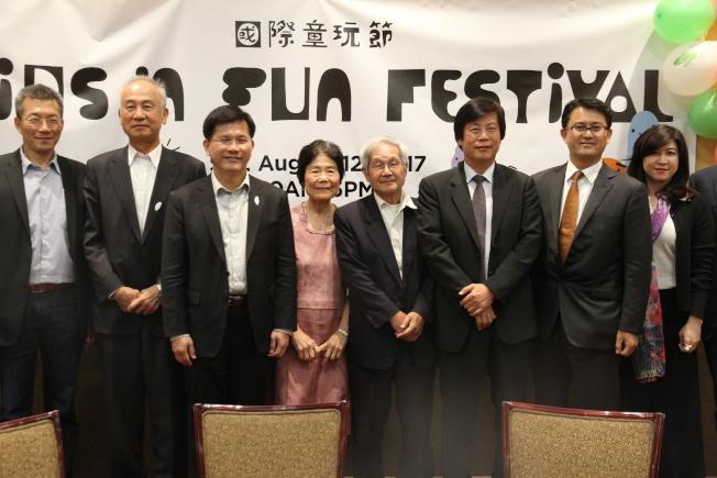 林佳龍(左三)認為童玩節是重要平台,向主流推廣台灣。(記者李榮/攝影)