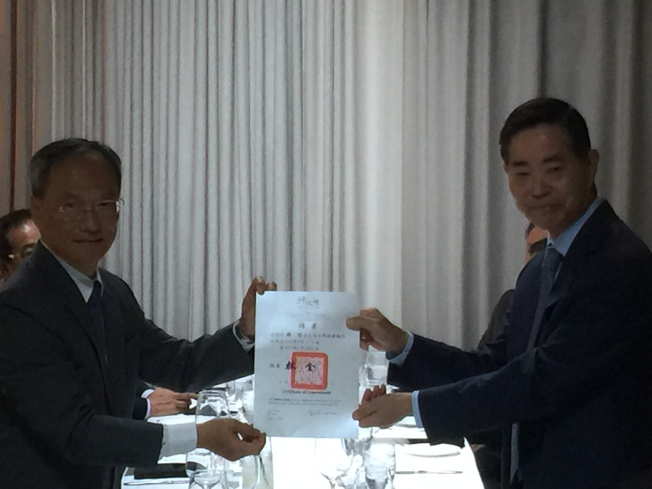 吳新興(左)頒發行政院政務顧問聘書給楊信(右)。(洛杉磯華僑文教中心提供)