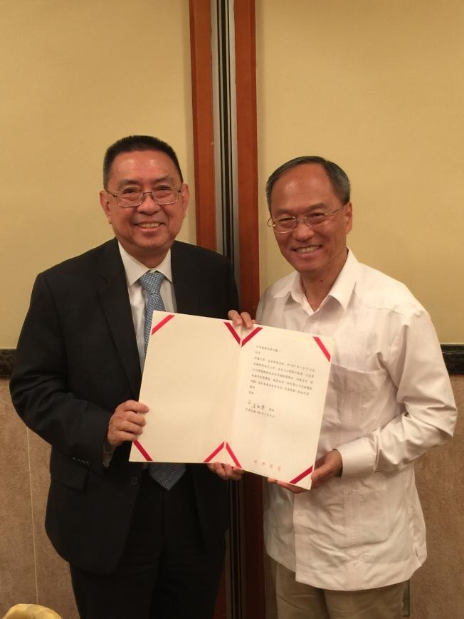 吳新興(右)頒發賀函給「皇佳商業金控」總裁田詒鴻(左)。(洛杉磯華僑文教中心提供)