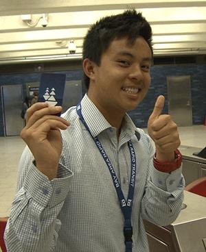 捷運通訊部實習生黃嘉豪(Jiahao Huang)表示,他到明年6月時18歲,所以可享受一段時間的票價優惠。而他經常乘車到舊金山通行,折扣優惠意味著可以更多出行,錢包可以少掏點。(捷運供圖)