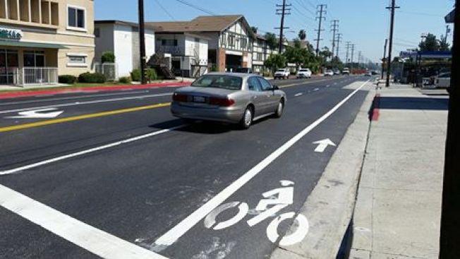 聖蓋博市Del Mar街、近10號公路大華超市的道路與人行道整修工程11日完工。該工程除了翻修路面,並增設腳踏車專用線。Del Mar街完工也意味著,聖蓋博市三條南北交通要道其中一條終於可以暢行無阻。但11日下午下班時間,Del Mar街從鐵道至山谷大道仍然一路大塞車,交通十分擁擠。(文:記者張越/圖:聖蓋博市府提供)