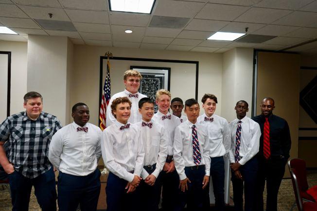 休士頓中學生籃球隊隊員有信心將冠軍獎牌帶回休士頓。(記者陳開/攝影)
