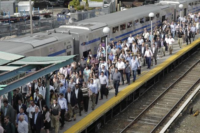 美國地鐵已成恐怖份子攻擊目標,圖為紐約市美鐵乘客。(美聯社)