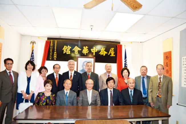 屋崙中華會館11日正式揭牌。前排左二起吳新興、陳子嚴、馬鍾麟。(記者劉先進/攝影)