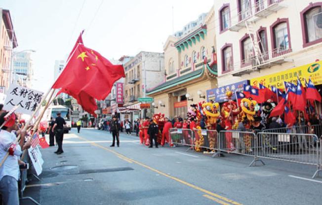 雙方互喊口號,分別舉著中華人民共和國與中華民國的旗幟。(記者李晗/攝影)
