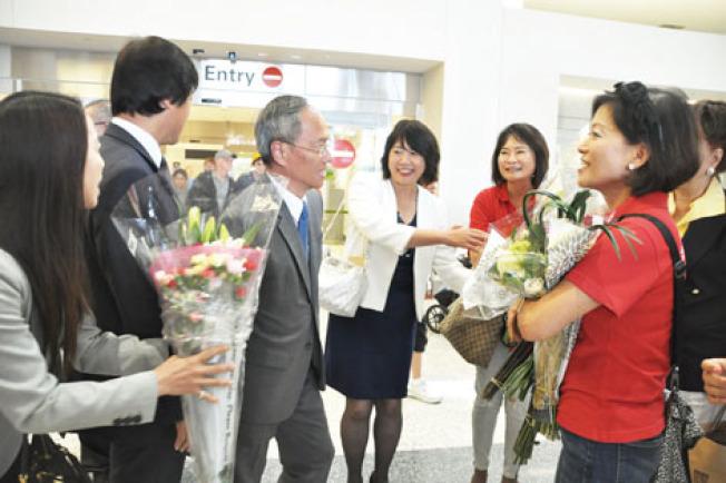 大批支持委員長與中華民國的南灣社團、僑領特別北上支持,到機場與中華總會館聲援。左三為吳新興。(記者林亞歆/攝影)