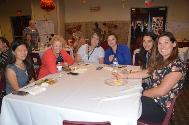 參加「主流老師文化研習營」的教師們享用中式美食。(記者王全秀子/攝影)