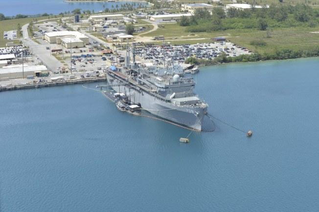 美國海軍發布照片顯示,美軍潛艇勤務艦蘭德號(右)和洛杉磯型核潛艦托佩卡號,已進駐關島。(歐新社)