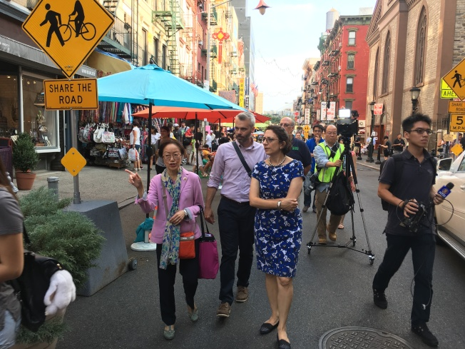 創騰伯格與市議員陳倩雯感受華埠勿街「共享街道」文化氣氛。(記者李碩/攝影)