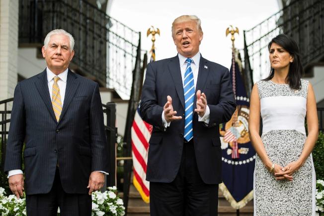 川普「感謝」普亭驅逐美外交官,已引起國務院反彈。圖為川普11日會見國務卿提勒森(左)與美駐聯合國大使海理(右)。(Getty Images)
