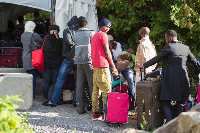 加拿大在邊界搭起帳篷,登記這些越界的無證移民。(Getty Images)