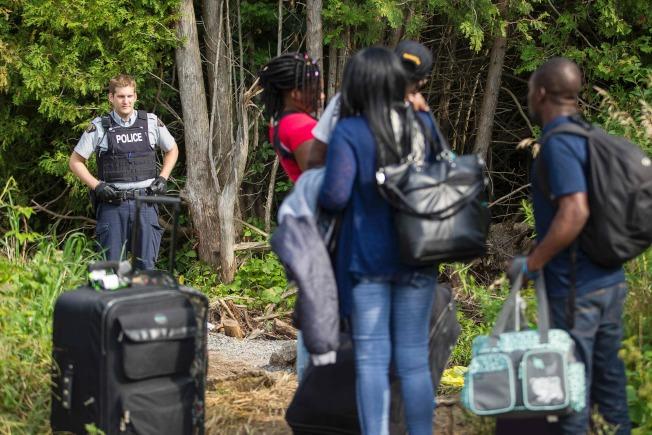 加拿大皇家騎警攔截盤查非法越界的無證移民。(Getty Images)