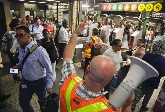 美國地鐵已成恐怖份子攻擊目標,圖為工作人員在紐約市地鐵站內維持秩序。(美聯社)