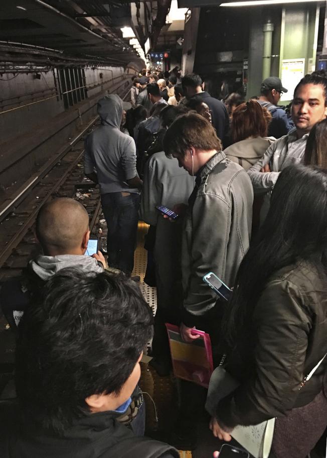 美國地鐵已成恐怖份子攻擊目標,圖為大批乘客等候紐約市地鐵。(美聯社)