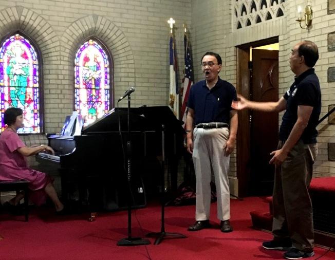 甘國農(右)指導楊朝演唱技巧。(記者陳小青/攝影)