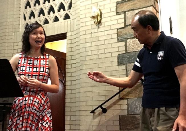 甘國農指導杜岷(左)演唱。(記者陳小青/攝影)