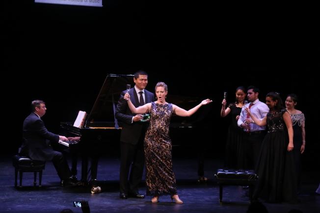 維吉尼亞聯邦大學夏季國際音樂節,在華盛頓特區甘迺迪藝術中心登場。中國男高音歌唱家王歌群(左)與美國女高音歌唱家安妮-卡羅琳·伯德,領唱「茶花女」經典選段。(記者羅曉媛/攝影)