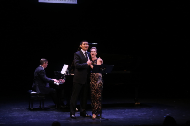 維吉尼亞聯邦大學夏季國際音樂節,中國男高音歌唱家王歌群(前左)與美國女高音歌唱家安妮-卡羅琳‧伯德演唱「茶花女」經典選段。(記者羅曉媛/攝影)