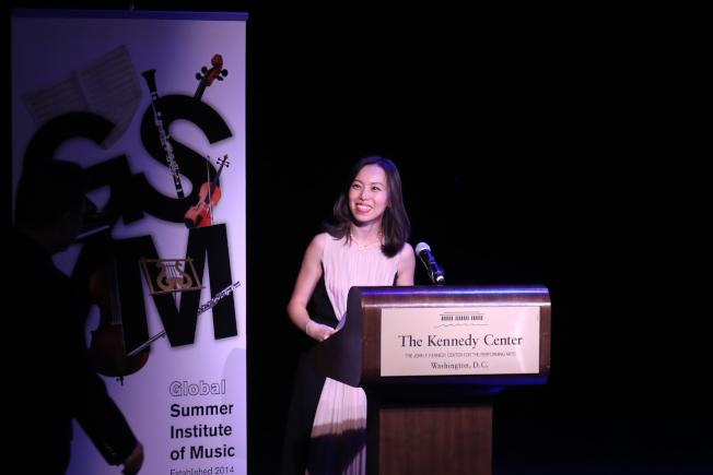 維吉尼亞聯邦大學夏季國際音樂節,在華盛頓特區甘迺迪藝術中心舉行音樂會,由音樂節創始人鄭吟介紹來賓。(記者羅曉媛/攝影)