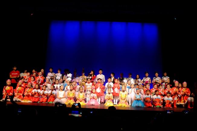 40名中國學生和20名美國學生帶來精彩演出。(記者俞國梁/攝影)