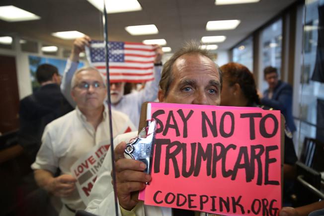 反對共和黨版健保法案的民眾上個月在華府參院辦公大樓示威。(Getty Images)