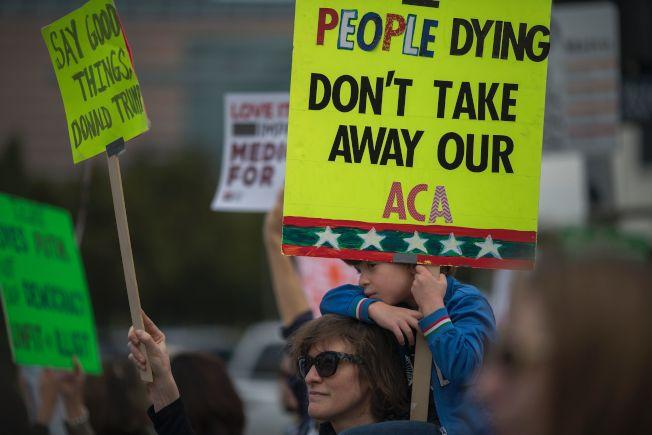 洛杉磯民眾在威榭爾聯邦大樓外遊行,要求川普政府保留歐記健保。(Getty Images)