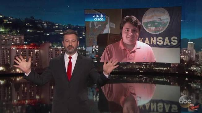 年僅16歲的州長參選人柏吉森10日接受「吉米夜現場」訪問,主持人金莫在節目中介紹柏吉森(右)。(節目視頻截圖)