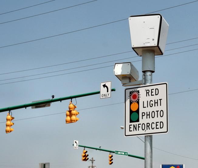 十字街口的紅燈攝像,被指無法避免路口的車輛碰撞。(網路圖片)
