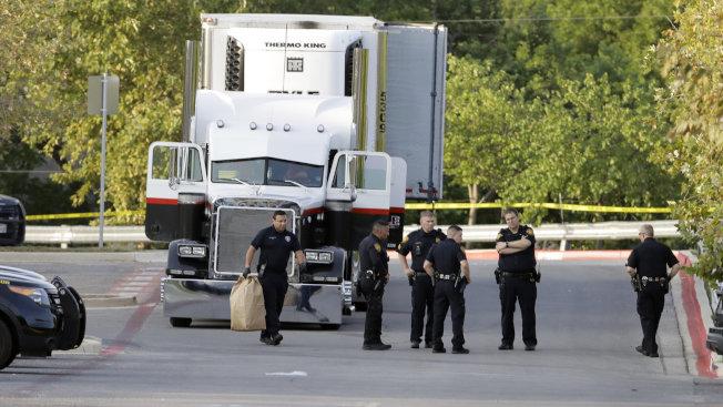 10名偷渡客7月底在聖安東尼奧的沃爾瑪停車場,被發現悶死在貨櫃車內。(美聯社)