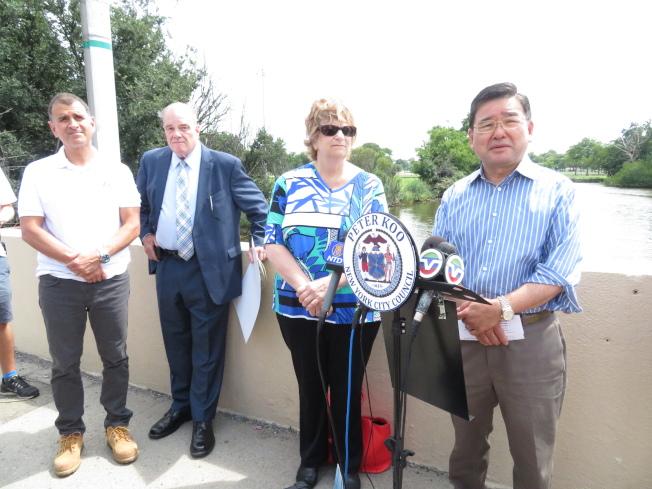 顧雅明(右一)及社區多個社區人士呼籲政府盡快增建污水處理設施,解決法拉盛水域污染問題。(記者陳小寧/攝影)