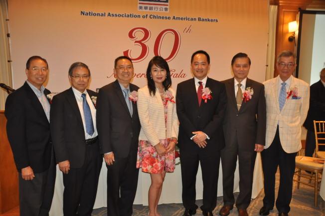 美國華資銀行公會新任會長劉建虹(右三)和銀行公會理事們合影。(記者張越/攝影)