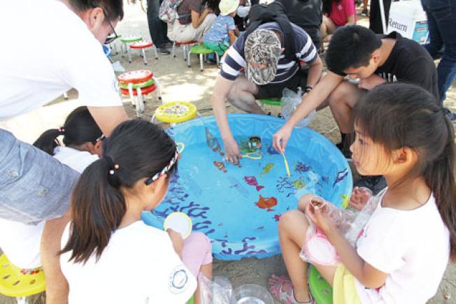 撈金魚向來是最受歡迎的攤位之一。(記者李榮/攝影)