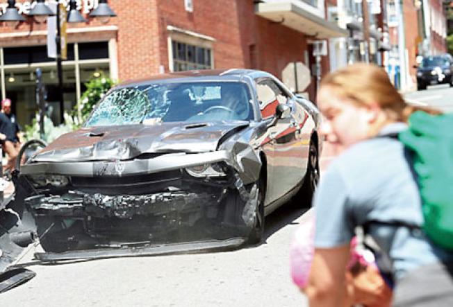 這是撞人的汽車,車頭損毀嚴重,都是撞人時造成的。(美聯社)