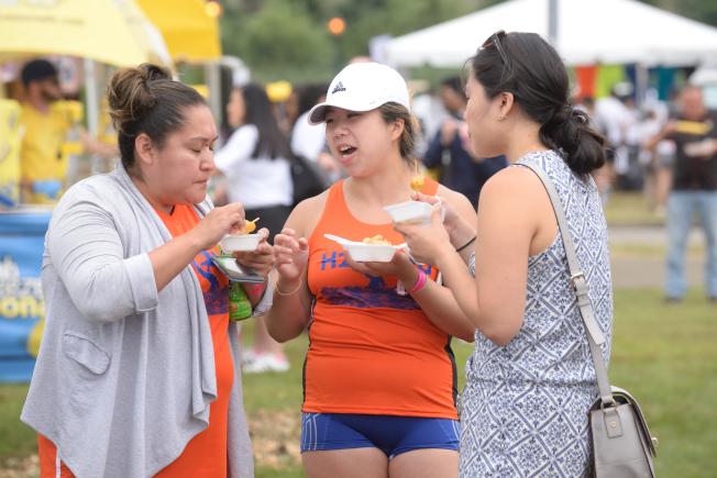 民眾在活動現場品嘗小吃。(記者朱澤人/攝影)