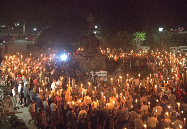 在發生衝突的前一晚,白人至上右翼分子點著火把在維大的湯瑪斯傑佛遜像前集會。(路透)