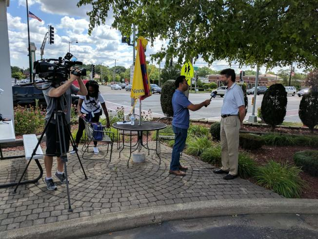 售出3億9300萬大獎的尼克燒烤餐廳外,12日上午聚集多家媒體採訪。(尼克燒烤餐館臉書截圖)