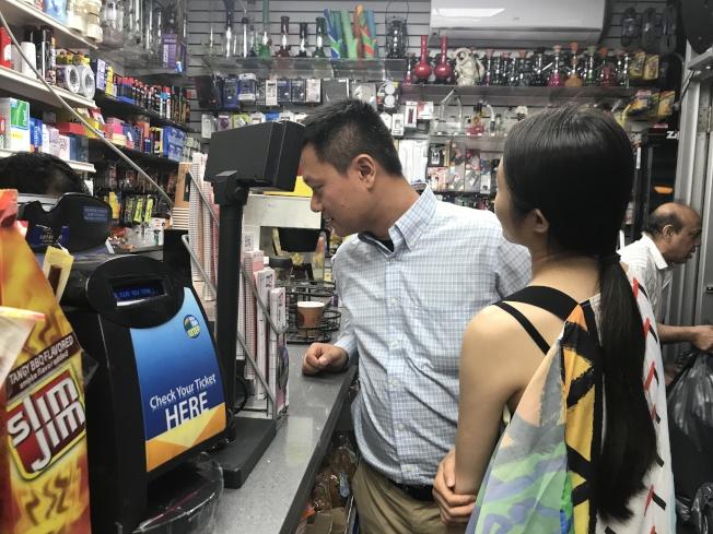 法拉盛緬街7號線地鐵站出口的一家雜貨鋪,12日至少千餘人購買勁球獎券。(記者牟蘭/攝影)