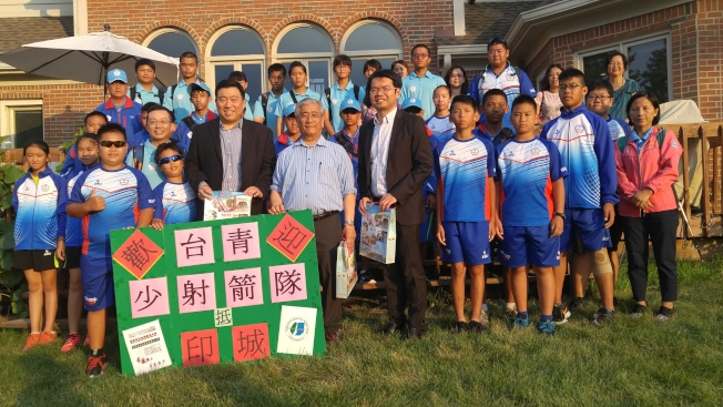 張志強(前右三)、李昭鋐(前右二)、王偉讚(前右一)齊向成績出色的台灣青少年射箭隊選手們祝賀。(記者王冠棠/攝影)