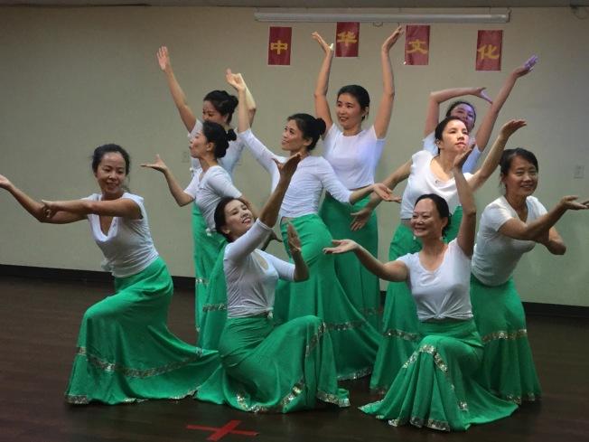 由周四、周六舞蹈班學員表演的傣族舞蹈「靈之韻」。(記者吳淑梅/攝影)
