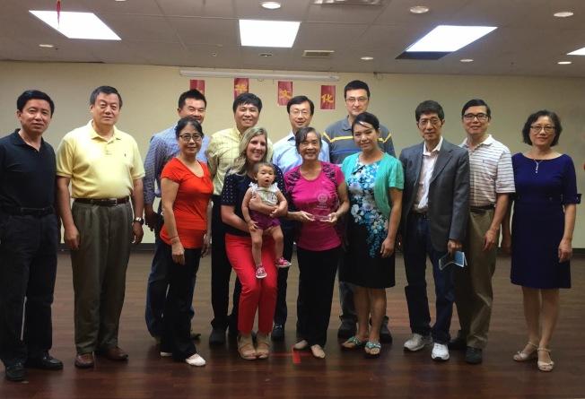 聖路易現代中文學校總校長黃穎文(後排左四)和學校董事們,感謝梁謝筱渝(前排左三)捐贈鋼琴。(記者吳淑梅/攝影)