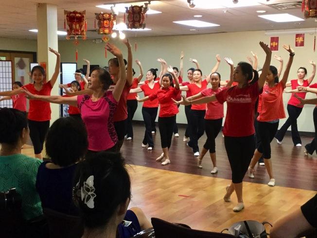 梁謝筱渝(前)帶領暑期舞蹈班學生,作戲曲廣播操熱身運動。(記者吳淑梅/攝影)