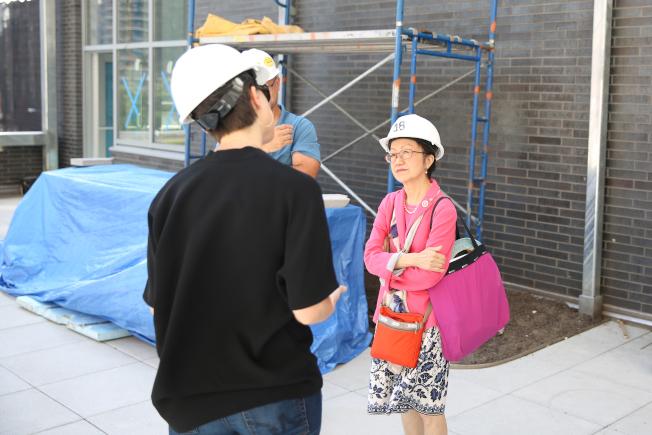 陳倩雯提案保護房客,圖為她日前參觀將完工的新樓宇。(記者洪群超/攝影)